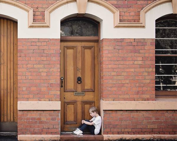 Enfant enfermé dehors car la porte est claquée. Quelles sont les solutions pour ouvrir une porte claquee par un serrurier Lyon ?